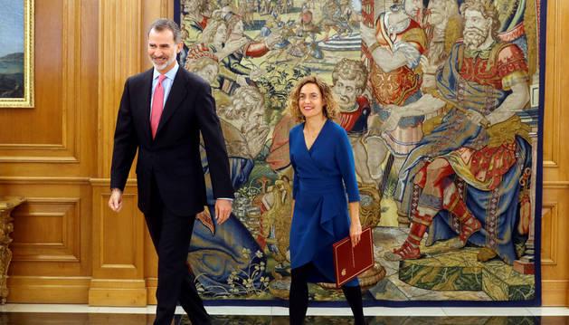 Meritxell Batet saludant el rei Felip VI, ahir al Congrés dels Diputats.