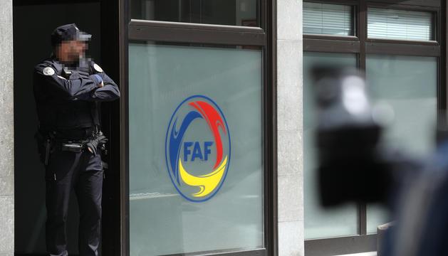 Un agent de la policia custodiant les oficines de la federació quan va esclatar l'operació.