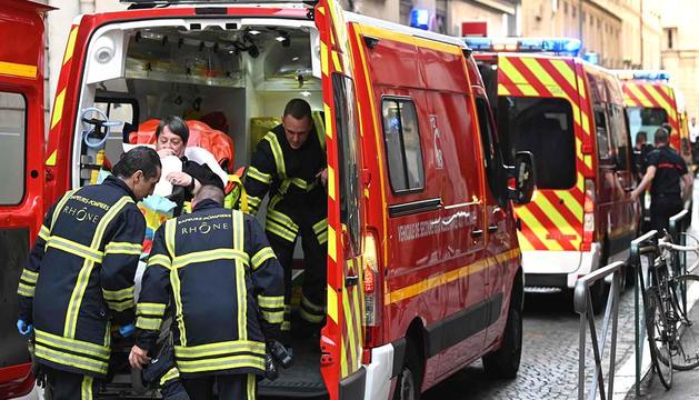 Els equips d'emergència treballen en l'evacuació dels ferits, ahir a la tarda.