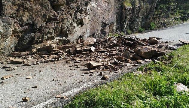 L'esllavissada va tallar la carretera.
