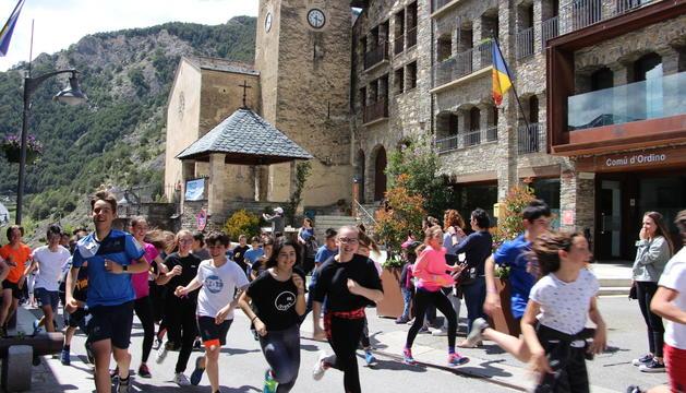 Alumnes durant la cursa contra la fam