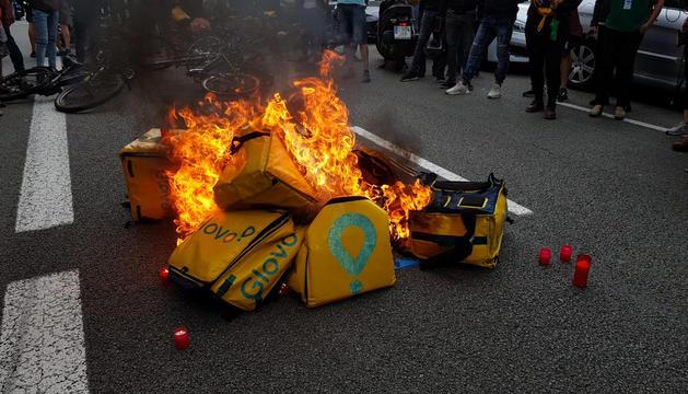 Bosses dels repartidors cremades ahir a Barcelona.