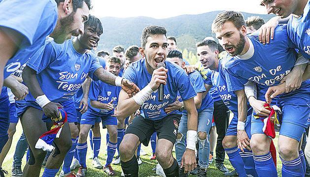 Xisco Pires, al centre, animant la festa dels jugadors de l'FC Andorra després d'aconseguir l'ascens