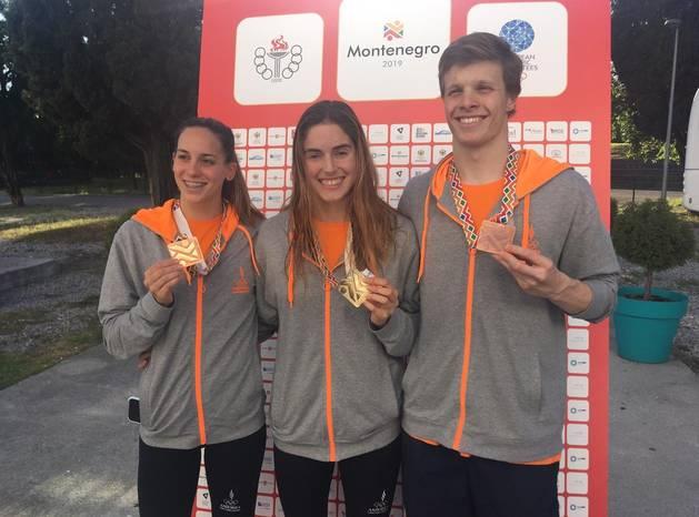 Els nedadors Mònica Ramírez, Nàdia Tudó i Bernat Lomero amb les seves medalles.
