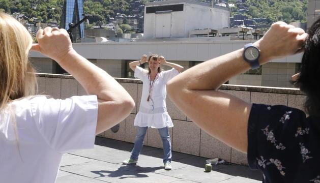 Classe de ioga a la plaça de l'hospital amb motiu del Dia mundial sense tabac
