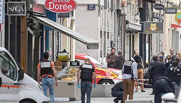Agents de policia a la zona on va tenir lloc l'atac, divendres passat.