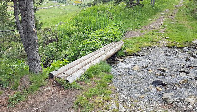 En el trajecte hi ha suports de fusta com a ponts.