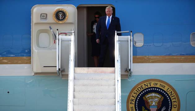 El president nord-americà, Donald Trump, tot just aterrar ahir a l'aeroport londinenc d'Stansted.