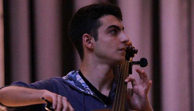 El jove violoncel·lista andorrà, durant la interpretació.