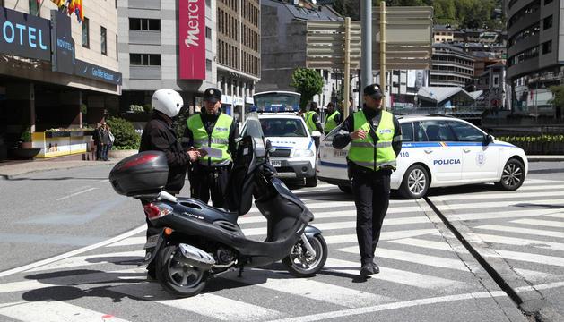 Un motorista controlat per la policia.
