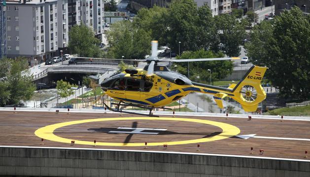 Un helicòpter maniobrant al sostre de l'hospital.