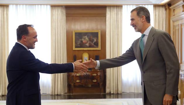 Javier Esparza saludant el rei Felip VI, ahir abans de la trobada.