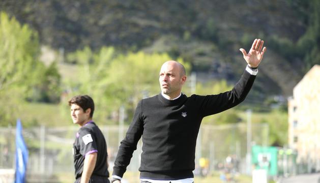 Gabri García dona instruccions des de la banqueta el dia de l'ascens contra el Viladecans.