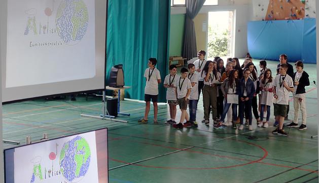Alumnes de centres francesos fent la presentació del projecte mediambiental