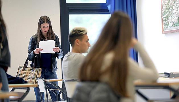 Alumnes preparant-se abans d'entrar a fer l'examen.