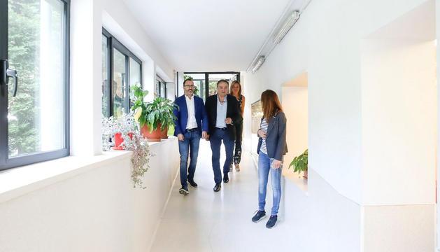 Marc Vila i Víctor Filloy visiten el centre d'acolliments.