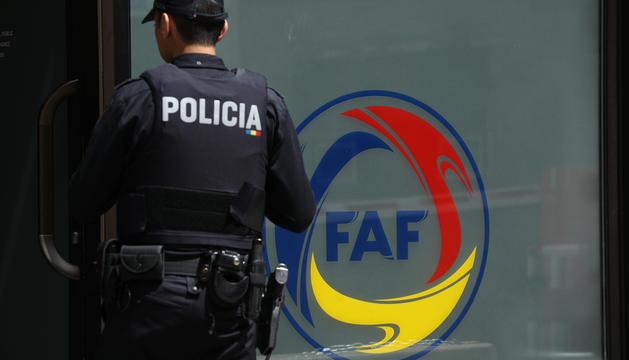 Un policia a la porta d'entrada de la FAFel dia dels escorcolls i les primeres detencions.