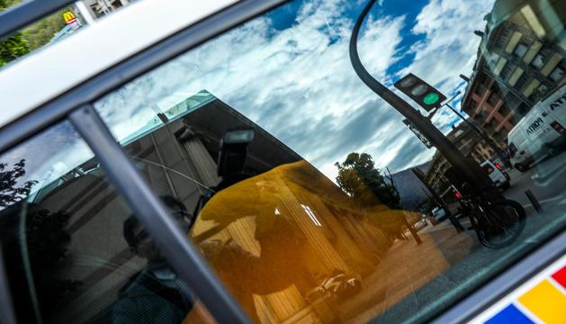 Tomàs Gea es traslladat a la presó tapat amb una manta en el seient posterior d'un cotxe de policia.