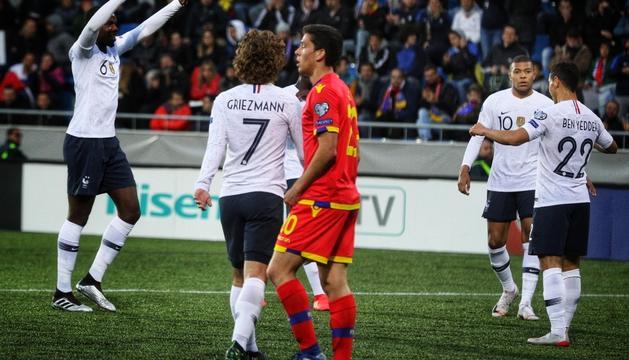 Els jugadors francesos celebren un dels gols aconseguits a l'Estadi Nacional.