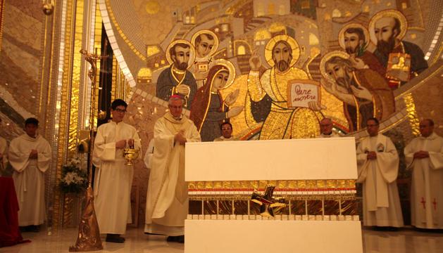 L'arquebisbe Vives en el moment de beneir l'església de Sant Julià i SantGermà amb el mosaic al fons.