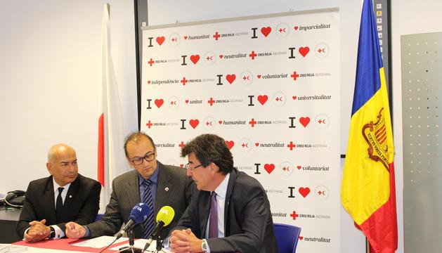 Josep Pol i Jaume Sabater en la signatura de l'acord, ahir.