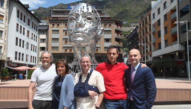 L'artista Jordi Díez amb les autoritats d'Escaldes-Engordany