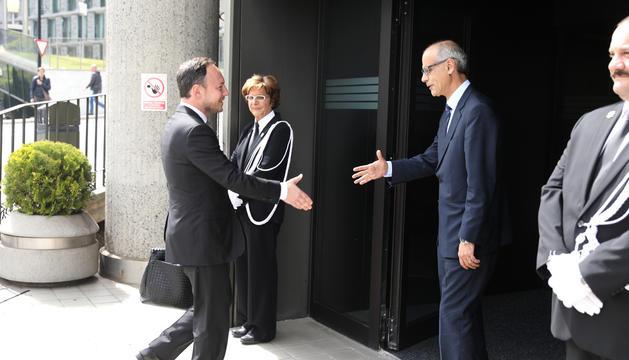 Espot i Martí se saluden en l'acte del relleu al capdavant de Govern.