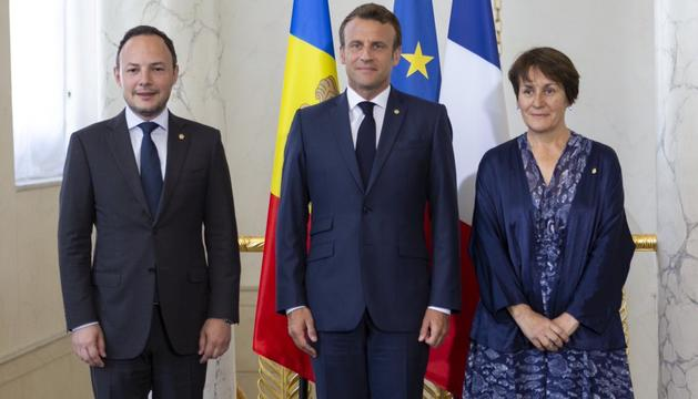 El copríncep francès, Emmanuel Macron, amb el cap de Govern, Xavier Espot, i la síndica general, Roser Suñe
