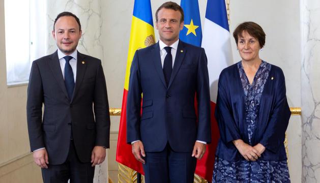 Xavier Espot i Roser Suñé amb Emmanuel Macron, ahir al Palau de l'Elisi.