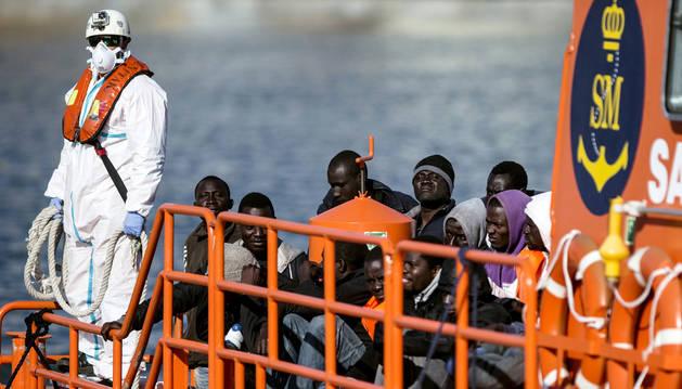 Un grup de migrants rescatats d'una pastera, a bord d'un vaixell de Salvament Marítim, en una imatge d'arxiu.