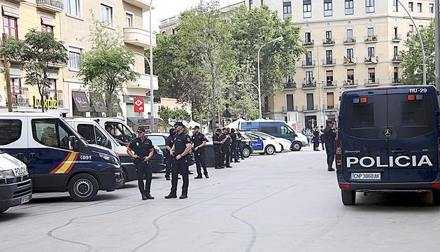 Agents policials, ahir durant l'operació.