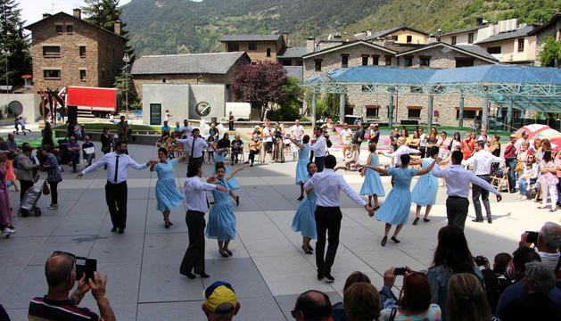 """Els membres de l'esbart Sant Romà ballen la """"Gresca""""."""