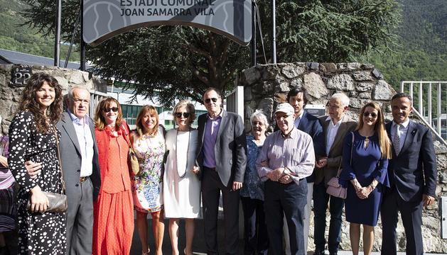 Familiars i representants del comú davant el cartell de l'Estadi comunial Joan Samarra