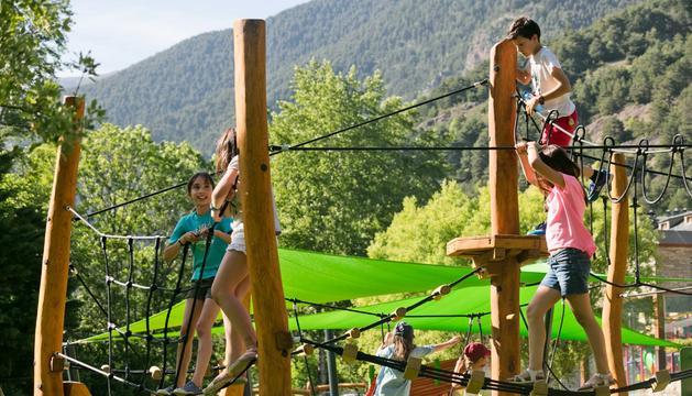 La inauguració del parc del Prat Gran ha rebut la visita de centenars d'infants