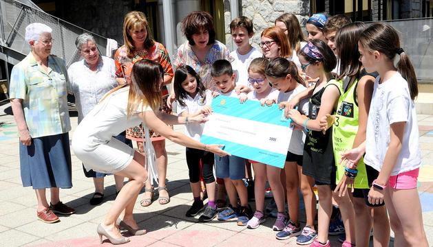 Riva entrega el premi al centre Sagrada Família.