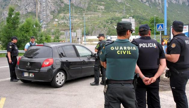 Agents de la policia van participar en un control amb la gendarmeria i la guàrdia civil.