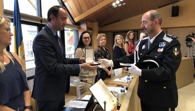 El cònsol major de la Massana, David Baró, fa entrega de dues medalles a l'agent Robert Reñé pels 25 anys de servei