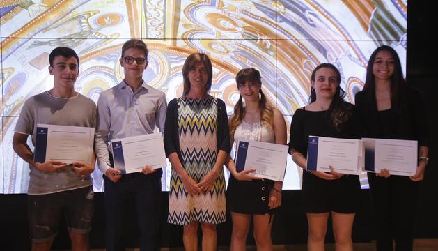 La Ministra d'Educació, Ester Vilarrubla, amb els cinc millors estudiants