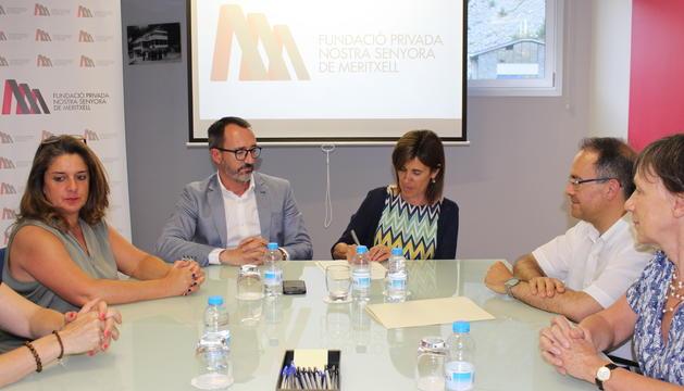 Els ministres d'Afers Socials, Victor Filloy, i d'Educació, Ester Vilarrubla, durant la signatura de l'acta notarial