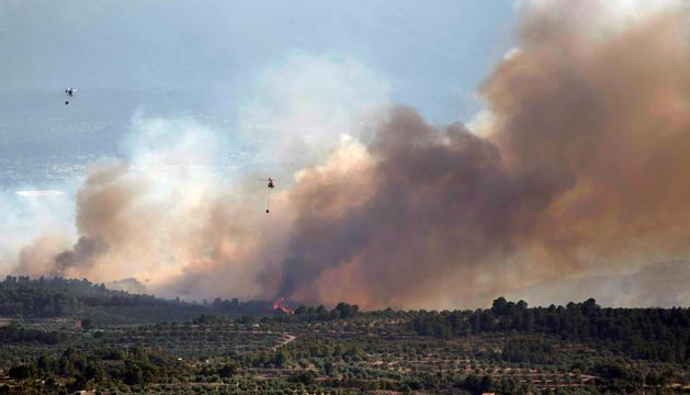 Diverses dotacions aèries treballant en l'extinció del foc, ahir.