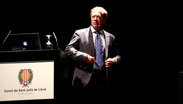 Josep Miquel Vila a la reunió de poble per Naturlandia.