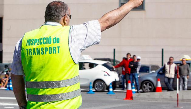 Un examinador durant un examen per obtenir el permís de conduir.