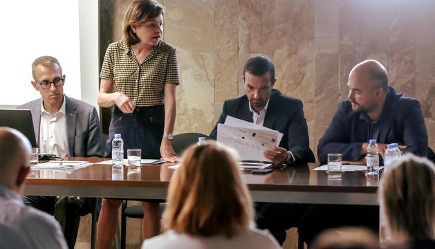 Els ministres Verònica Canals i Jordi Torres han presidit la reunió amb l'Associació d'Allotjaments Turístics