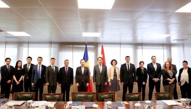 El cap de Govern, Xavier Espot, juntament amb alguns ministres i la delegació xinesa amb l'ambaixador, Lyu Fan, ahir.