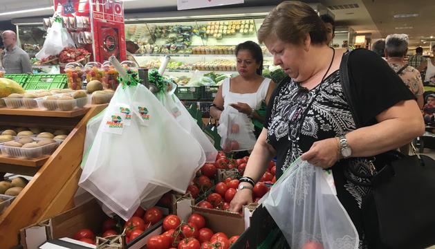 Una clienta fent ús de la nova bossa reutilitzable.