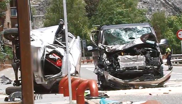 El Suzuki Ignis i el Volkswagen California van quedar destrossats en l'accident.