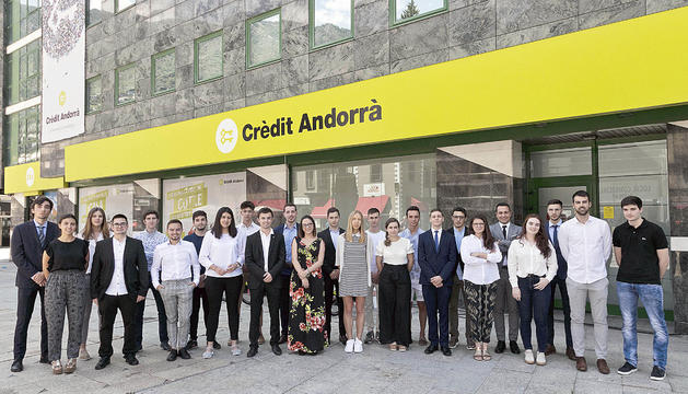 Crèdit Andorrà incorpora 33 joves que comencen les estades d'estiu a l'entitat.