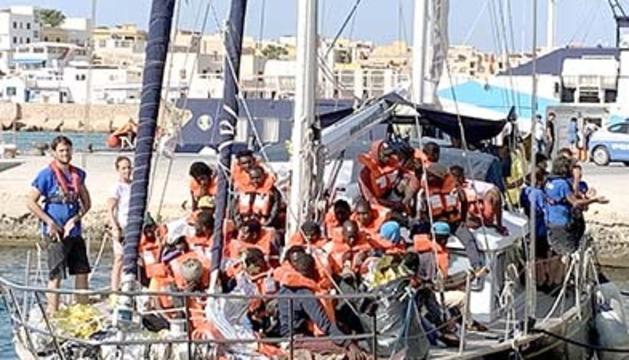 'L'Alex' atraca a Lampedusa.