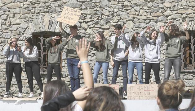 Els joves del Fridays For Future es van congregar a la plaça del Consell General.