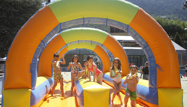 Infants jugant durant l'obertura de l'aquaparc situat a l'Estadi Comunal Joan Samarra Vila